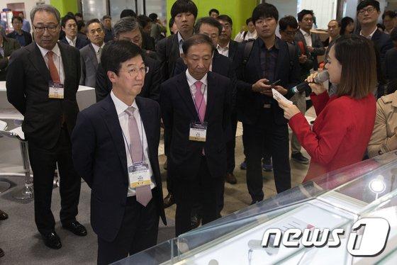 [사진]반도체대전 살펴보는 박성욱 부회장