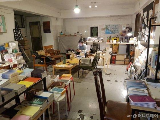 서울시 마포구 염리동에 위치한 독립서점 '퇴근길책한잔'. 평일 오후, 주인장이 책을 읽고 있다. /사진=이재은 기자
