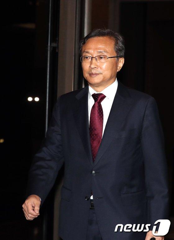 [사진]퇴근하는 유남석 헌법재판관 후보자