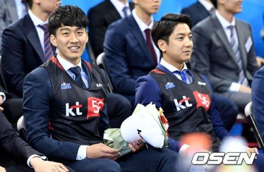 나란히 KT 유니폼을 입은 양홍석(왼쪽)과 허훈(오른쪽)