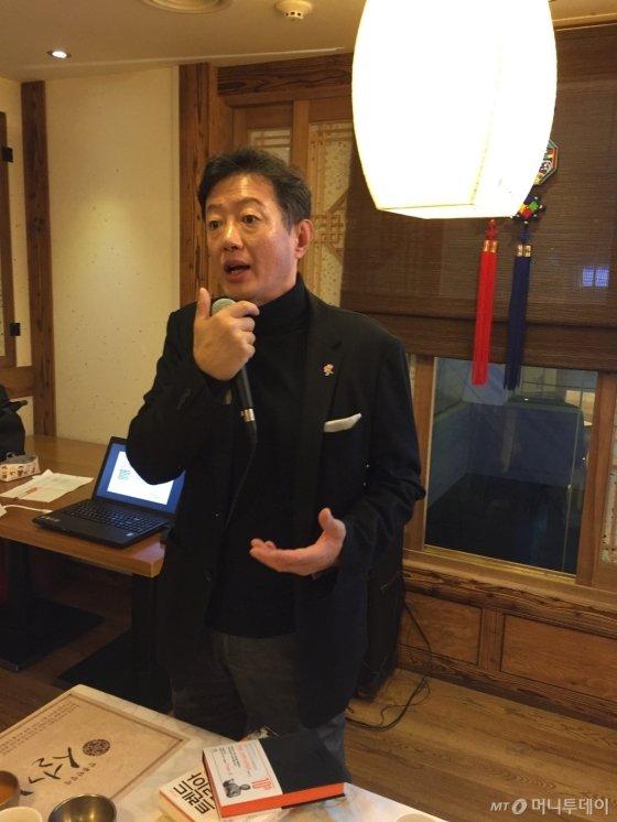 2007년부터 그 해 동물 띠로 표제어를 만들어 트렌드를 설명해 온 김난도 교수. 그렇게 만든 '트렌드 코리아'가 올해 10주년을 맞았다. /사진=김고금평 기자<br>