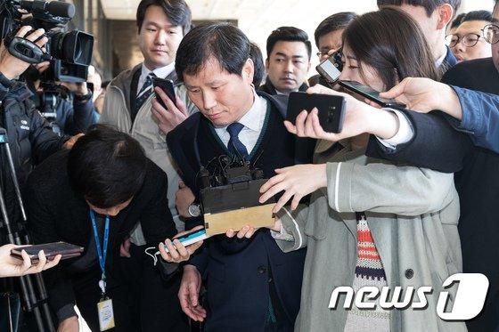 [사진]검찰 조사실 향하는 안봉근 전 청와대 비서관