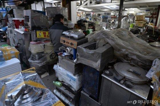 서울 황학동 주방거리의 한 중고매장에 폐업한 음식점에서 쓰다가 내다 판 조리기구들이 쌓여있다. /사진제공=뉴스1