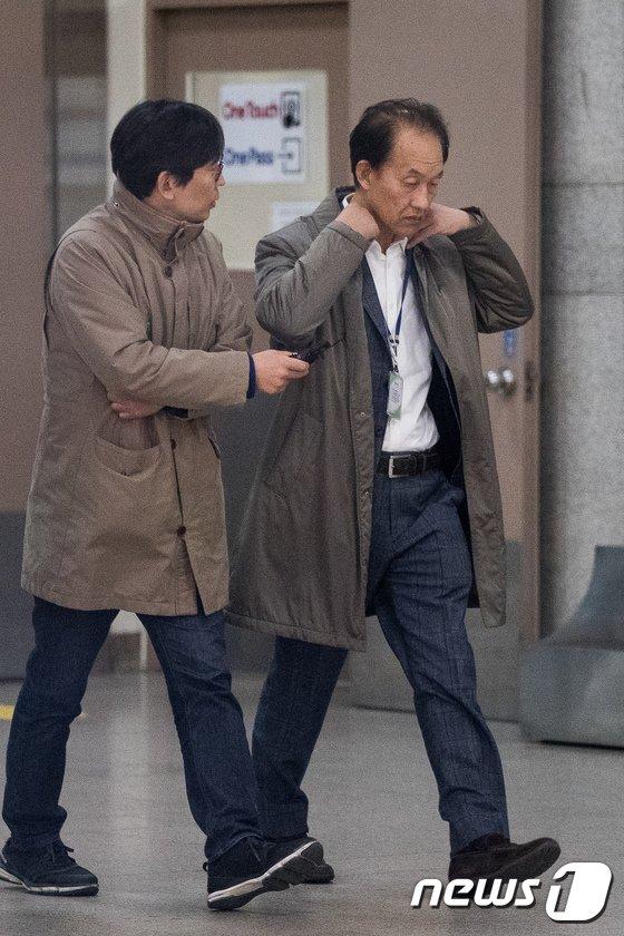[사진]검찰 조사실 향하는 이우용 전 MBC 라디오 본부장