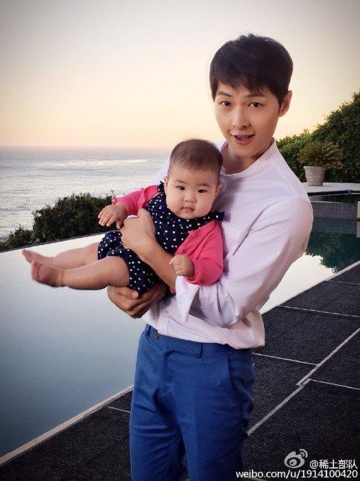 장쯔이의 딸을 안은 송중기 /사진=장쯔이 웨이보
