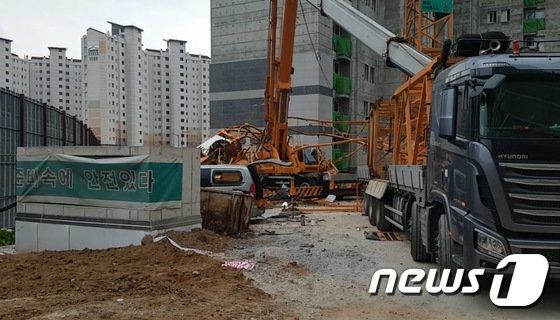 지난 10일 타워크레인이 쓰러지는 사고가 발생한 경기 의정부시 아파트 공사현장(의정부소방서 제공) 2017.10.11/뉴스1 © News1 박대준 기자