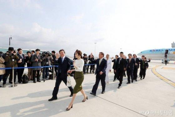 1일 오전 인천국제공항 제2터미널에 도착한 김연아 평창동계올림픽 홍보대사(오른쪽)와 도종환 문화체육관광부 장관이 성화램프를 들고 관계자들과 함께 귀국하고 있다. /사진=이기범 기자