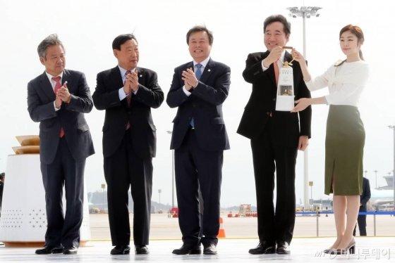 1일 오전 인천국제공항 제2터미널에서 열린 '2018 평창동계올림픽 성화 환영행사'에서 이낙연 국무총리(왼쪽 네번째)와 홍보대사 김연아가 성화램프를 들어 보이고 있다. /사진=이기범 기자