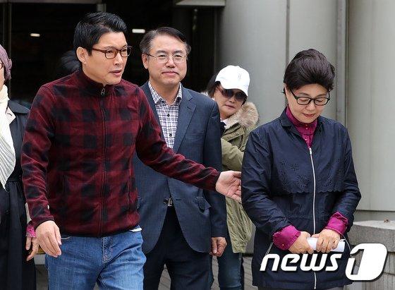 [사진]남편 신동욱 총재와 함께 법원 나서는 박근령