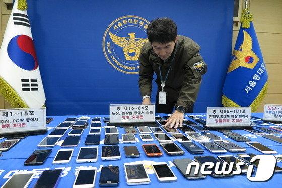서울 동대문경찰서는 2일 휴대전화 절도 및 점유이탈물횡령 등 혐의를 받는 282명을 검거했다고 밝혔다. © News1