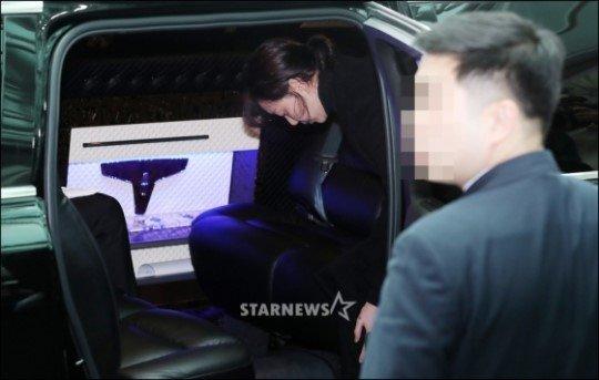 이유영이 함께 이동하기 위해 운구차에 오르고 있다. /사진=스타뉴스 김창현 기자