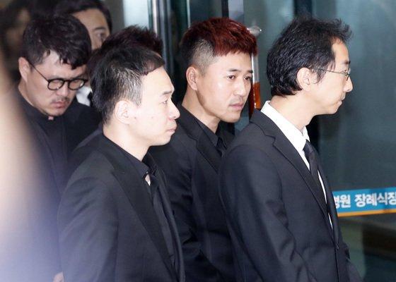 '1박2일' 데프콘, 김종민, 유호진 pd가 고인의 마지막 가는길을 배웅하고 있다.  /사진=뉴스1