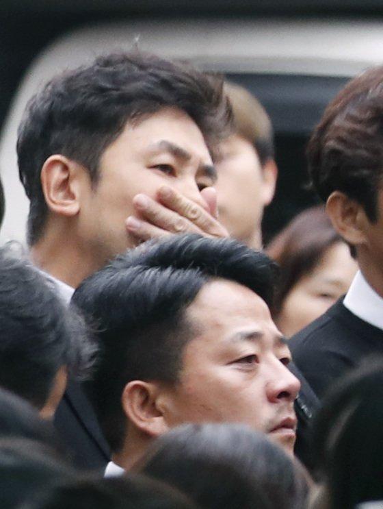 조연우, 김준호(오른쪽)가 고인의 마지막 가는길을 배웅하고 있다. /사진=뉴스1