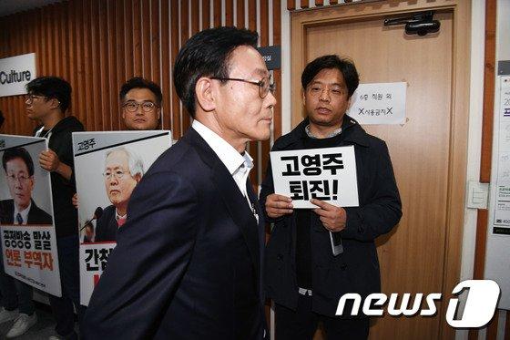 [사진]이사회 참석하는 권혁철 방문진 이사