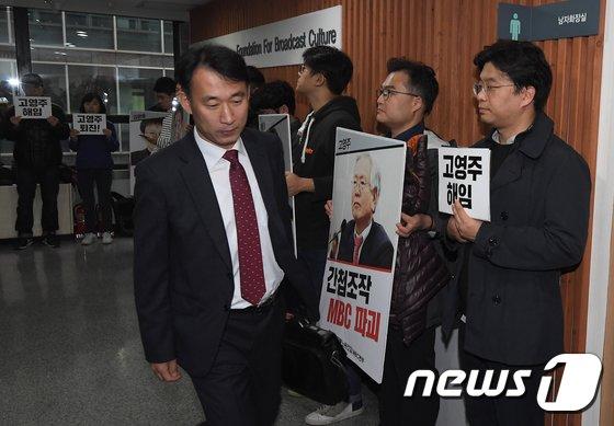 [사진]회의장 향하는 김경환