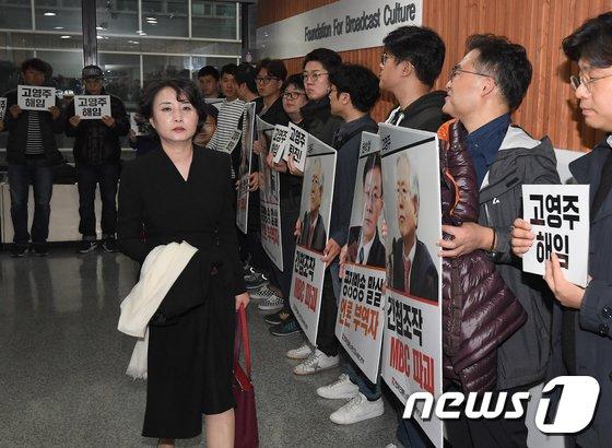 [사진]MBC 노조 외면하며 회의장 향하는 이진순 이사