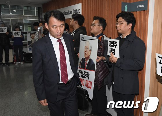 [사진]김경환 이사 '고개 숙이고 회의장으로'