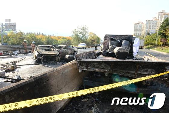 [사진]창원터널 사고현장...엔진오일 이송차량 적재함
