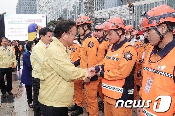 [사진]화재대피 훈련 참가 대원 격려하는 김부겸 장관