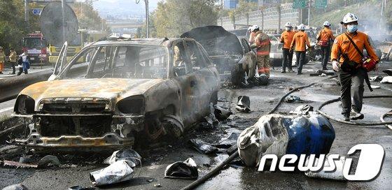 [사진]창원 유조차 폭발, 전소된 차량들