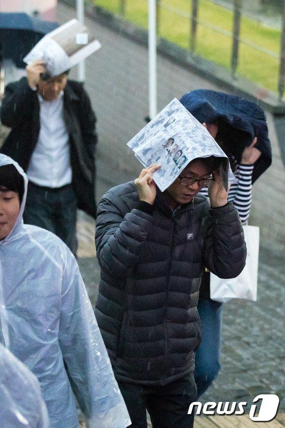 [사진]비 내리는 출근길