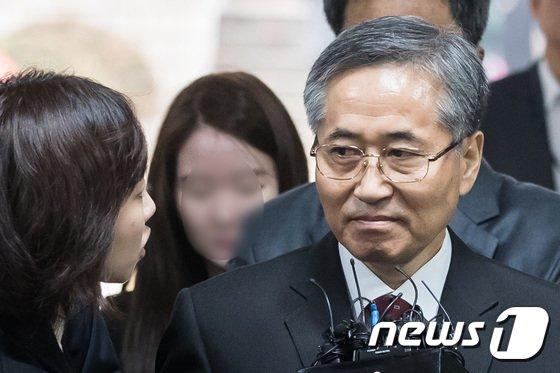[사진]취재진 바라보는 추명호 '눈빛'