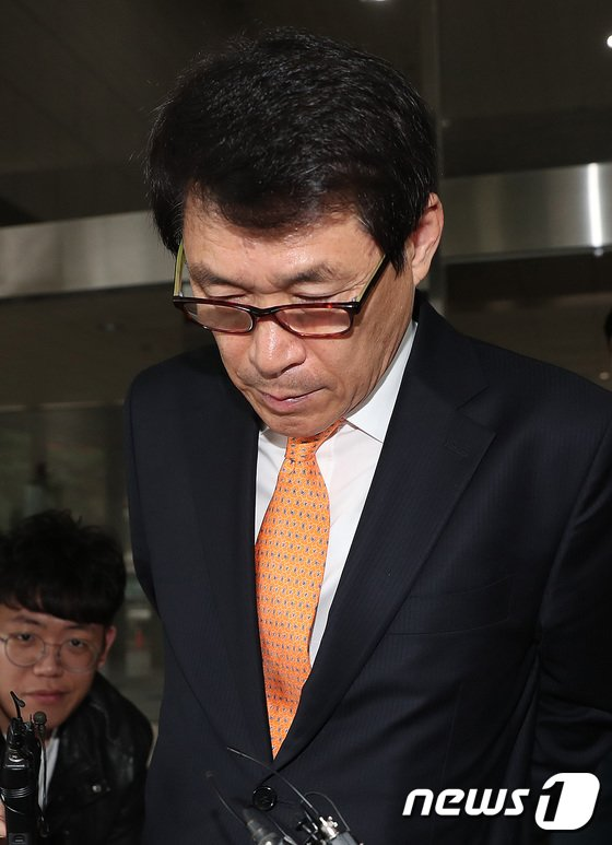 [사진]고개 숙인 이군현 '의원직 상실 위기'