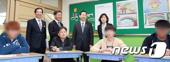 [사진]수업 참관하는 김상곤 부총리