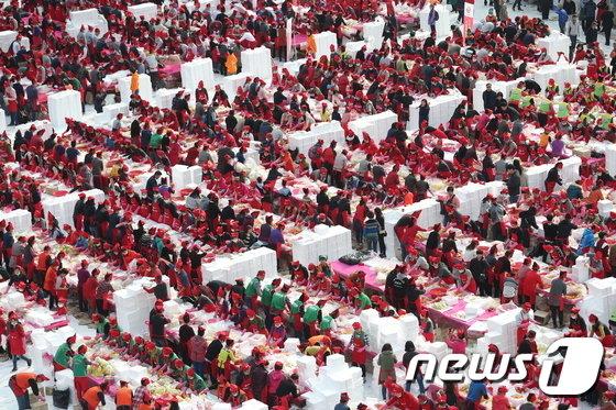 [사진]'5천명이 버무리는 김장'
