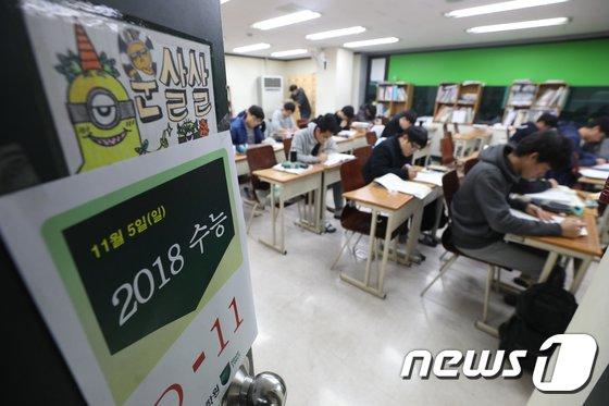 [사진]수능 앞둔 수험생 '문 살살'