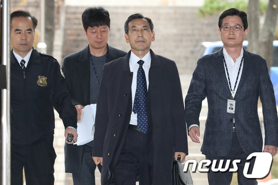 [사진]'댓글조작 의혹' 임관빈 전 국방부 정책실장, 법원 출석