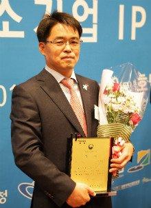 정의수 단정바이오 대표가 '중소기업 IP 경영인 대회'에서 산업통상자원부장관상을 수상하고 기념촬영을 하고 있다/사진제공=단정바이오