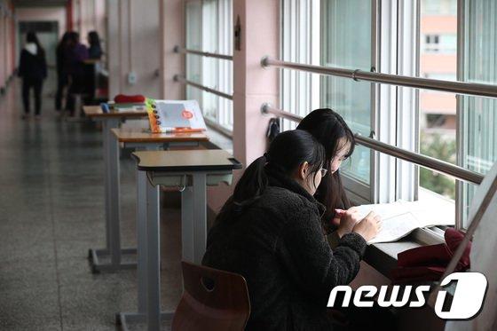 [사진]'쏟아지는 졸음 쫓으며 복도에서 공부해요'