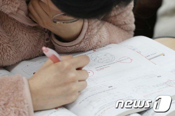 2018 대학수학능력시험을 엿새 앞둔 지난 10일 오후 서울 성동구 무학여자고등학교에서 3학년 수험생들이 공부를 하고 있다. /뉴스1 © News1 임세영 기자
