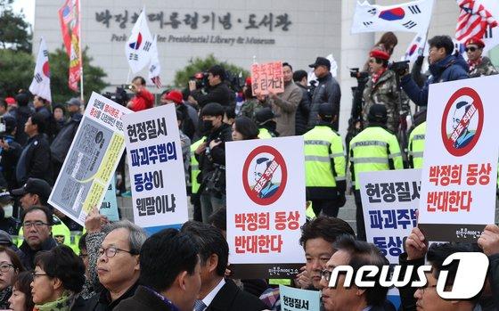 [사진]박정희 동상 둘러싼 찬반여론