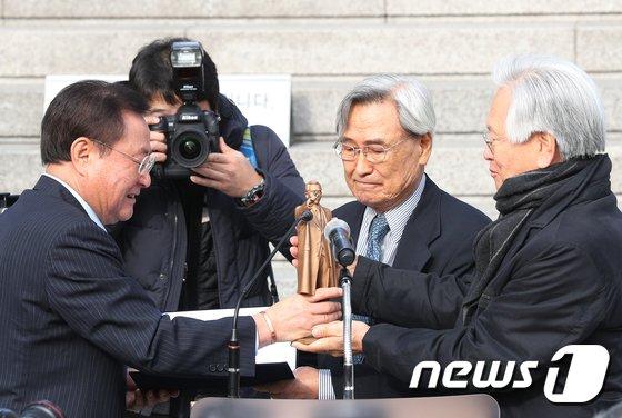 [사진]박정희 동상 기증
