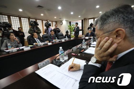 13일 오후 서울 여의도 방송문화진흥회 회의실에서 열린 김장겸 MBC 사장 해임 논의를 위한 임시이사회에서 이완기 이사장이 회의를 주재하고 있다. 2017.11.13/뉴스1 © News1 신웅수 기자