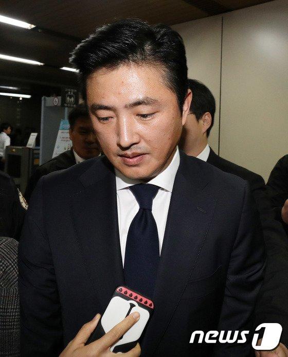 [사진]법원 나서는 고영태 '취재진 질문에 묵묵부답'