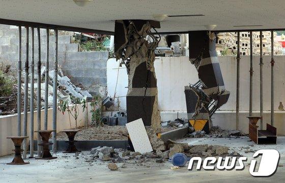 16일 포항시 북구 장량동 한 필로티 구조 건물 기둥이 지진으로 파손돼 보조 기둥이 세워져 있다.2017.11.16/뉴스1 © News1 장수영 기자