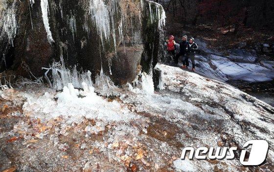 [사진]'동장군 무섭네'...북한산 고드름 주렁주렁