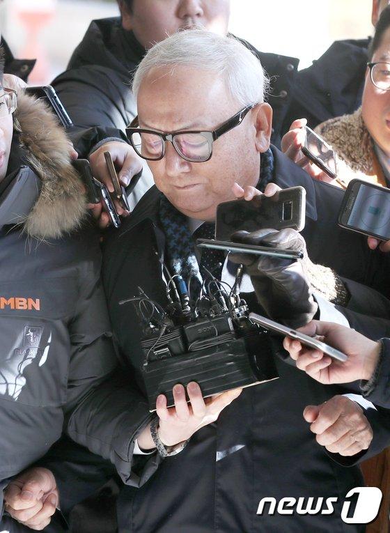 [사진]이병호 전 국정원장, 고개 숙이며 검찰 출석