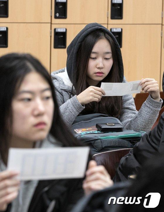 [사진]'수험표 확인은 꼼꼼하게'