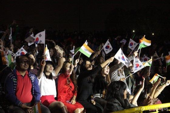 지난해 11월 인도 뉴델리에서 열린 'Korea Festival'에서 현지인들이 한국 공연을 보며 환호하고 있다. /사진제공=한국관광공사<br />
