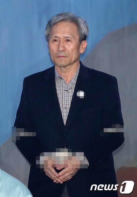 [사진]법정 향하는 김관진 전 장관