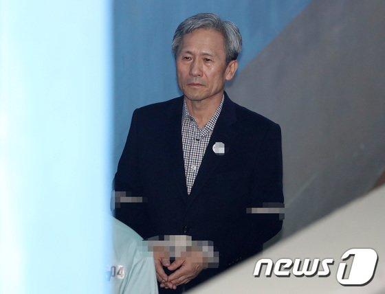 [사진]굳은 표정으로 법정 향하는 김관진