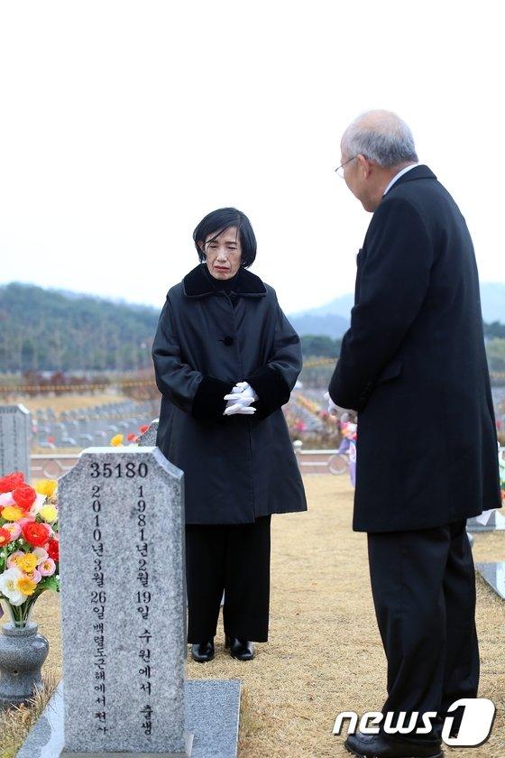[사진]천안함 희생자 묘역 찾은 피우진 국가보훈처장