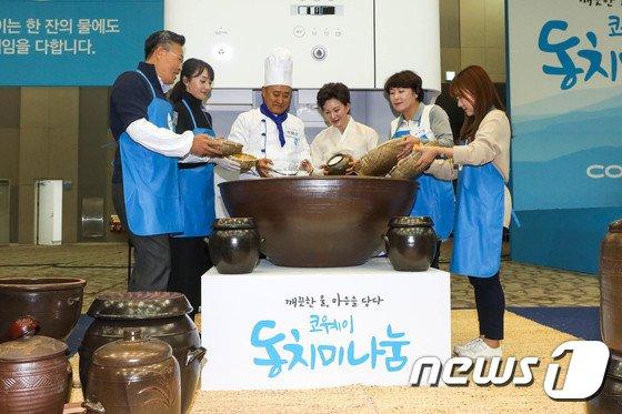 [사진]대형 그릇에 동치미 담그는 코웨이 임직원