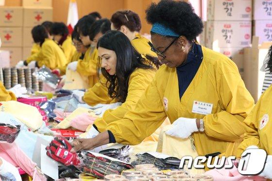 22일 오전 서울 중구 대한적십자사 본사에서 참석자들이 '사랑의 선물'을 제작하고 있다. 2017.11.22/뉴스1 © News1 황기선 기자