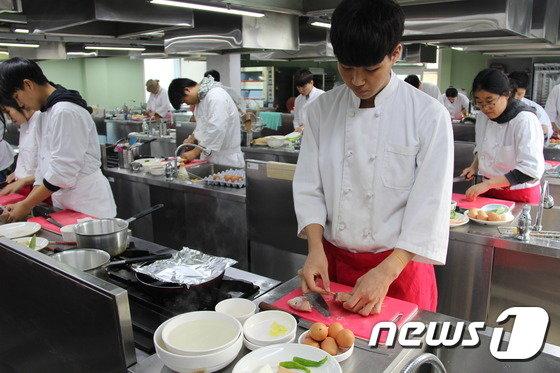 서울시 기술교육원 조리외식과 수업(서울시 제공)© News1