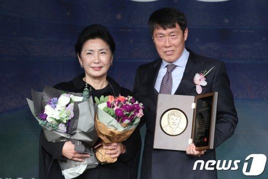 부인 오은미 여사와 자리한 차범근 전 국가대표팀 감독. /사진=뉴스1<br /> <br />